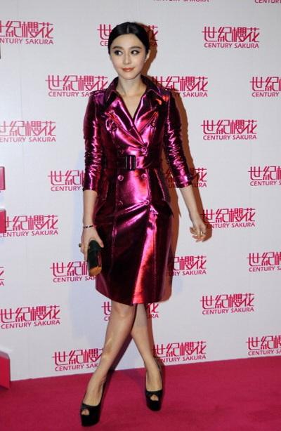 Cô diện váy hồng sang trọng