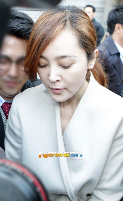 Lee Seung Yeon bị báo giới bủa vây khi xuất hiện tại tòa.