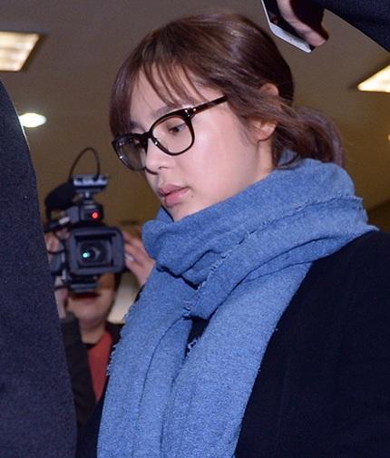 Cùng ra hầu tòa vào ngày 25/3 với Lee Seung Yeon còn có hoa hậu dao kéo Park Shi Yeon.