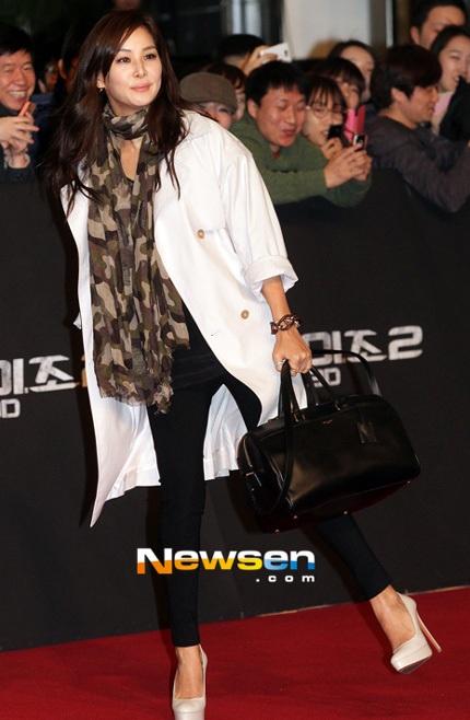 Go So Young thực sự trông rất trẻ trung so với tuổi 41, cô thu hút mọi ống kính của giới săn tin