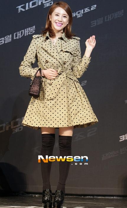 Nữ ca sĩ Seo In Young trẻ trung với váy xòe và tất cao trên gối