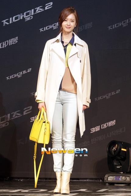 Nữ diễn viên 9x Go Ara năng động với quần jeans và bốt ngắn cổ