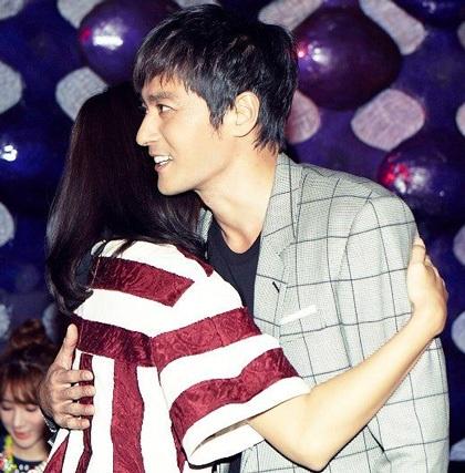 Sau đó hai người còn ôm nhau thân mật trước mọi người có mặt tại bữa tiệc