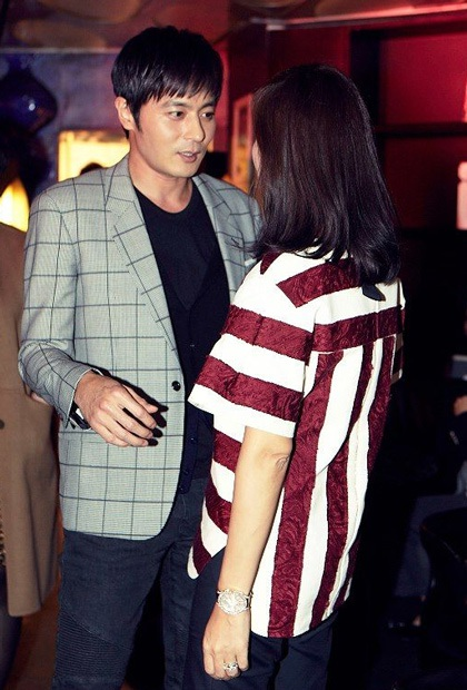 Tài tử xứ Hàn trò chuyện vui vẻ cùng vợ