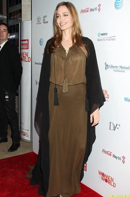 Ngày 5/4, Angelina Jolie thu hút sự chú ý của báo giới khi tham dự bữa tiệc từ thiện ở