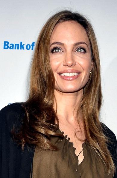 Trông vô cùng dịu dàng và duyên dáng, nữ diễn viên 37 tuổi diện váy dài và trang điểm nhẹ nhàng.