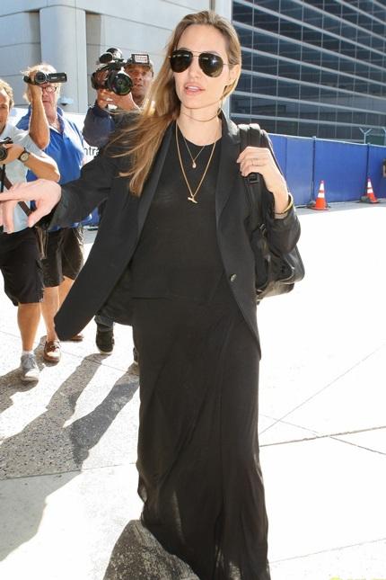 Vài ngày trước, Angelina Jolie cũng xuất hiện với trang phục tương tự.