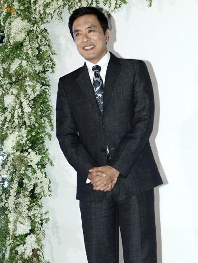 Ông xã của Kim Nam Joo - nam diễn viên Kim Seung Woo tới dự một mình.