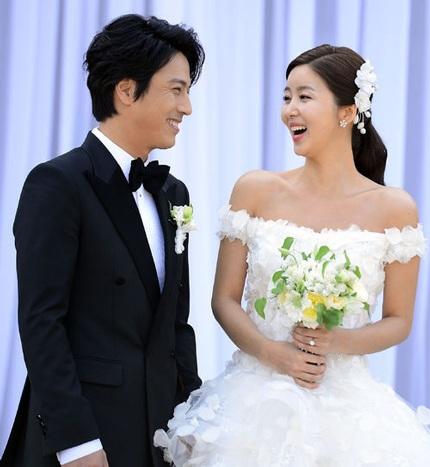 Park Sol Mi diện váy cưới duyên dáng và nụ cười rạng rỡ luôn ở trên môi cô.