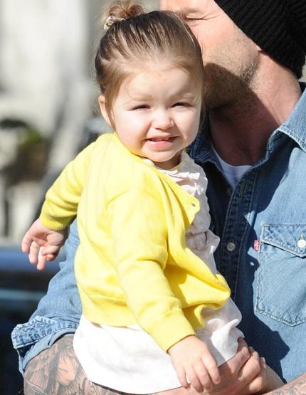 Con gái cưng của bà Beck buộc tóc đáng yêu
