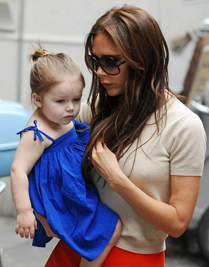Cô nhóc bụ bẫm trong vòng tay bà mẹ nổi tiếng.