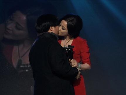 ...và bất ngờ Lưu Hiểu Khánh hôn lên môi người đồng nghiệp cùng giới để bày tỏ sự cảm ơn.