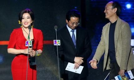 Nụ cười chiến thắng của Lưu Hiểu Khánh càng khiến bà thêm phần trẻ trung, quyến rũ!