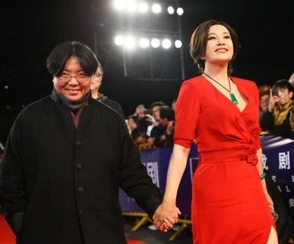 Lưu Hiểu Khánh hôn say đắm nữ đồng nghiệp