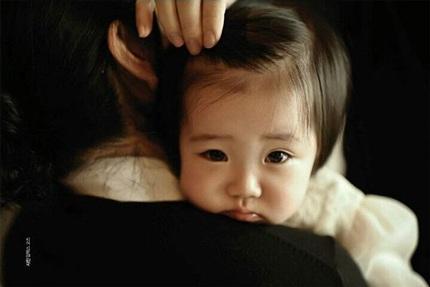 Cô con gái của Lee Young Ae được khen là giống mẹ và hứa hẹn tương lai sẽ trở thành một mỹ nhân.