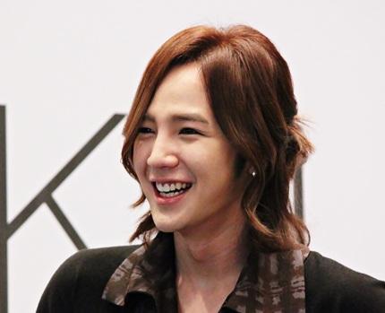 Mái tóc dài và những phụ kiện lấp lánh là điều không thể thiếu với Jang Geun Suk.