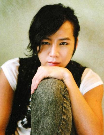 Jang Geun Suk trang điểm khá kĩ và tạo dáng lả lướt khá nữ tính.