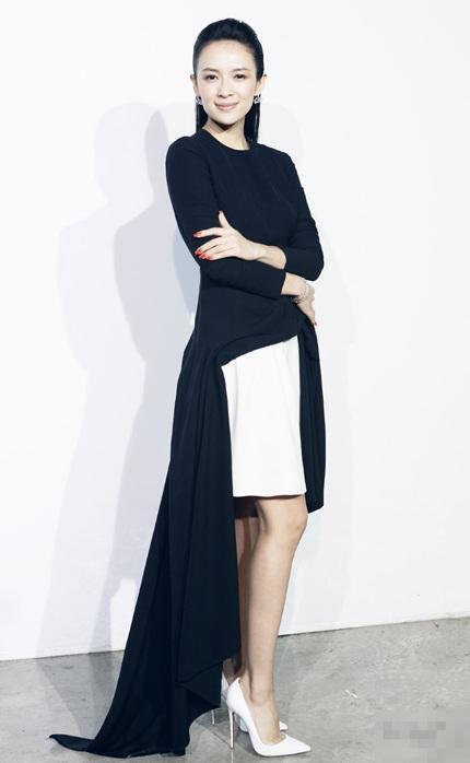 Trước đó vài ngày, Chương Tử Di được mời làm khách trong một show trình diễn của Dior tại Cannes.