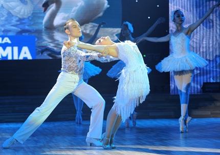 Phần thi của Lan Phương và bạn nhảy, cô thể hiện điệu Rumba khi kể lại câu chuyện tình hồ thiên nga