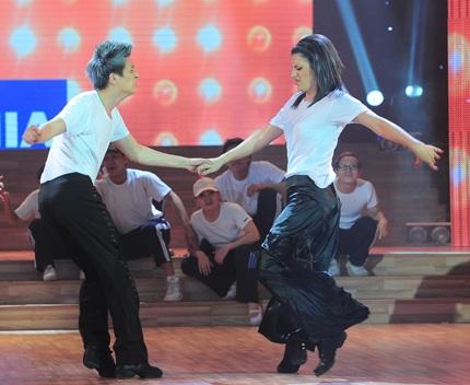 Ngô Kiến Huy và bạn nhảy trong điệu Jive sôi động