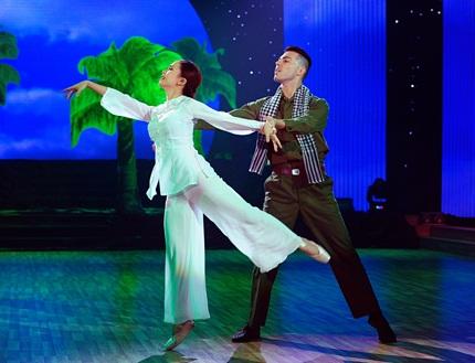 Yến Trang và bạn nhảy thể hiện điệu Valse
