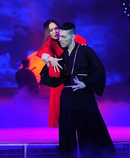 Sang phần thi thứ hai, Yến Trang và bạn nhảy bùng nổ trong một bài múa đương đại.