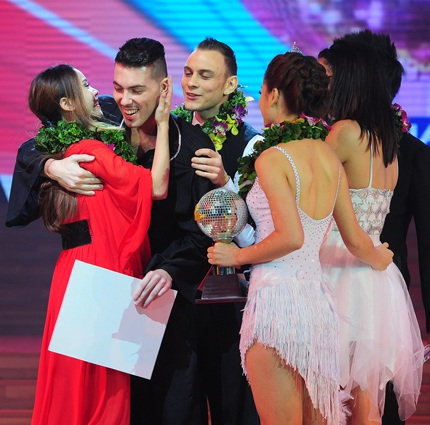 Yến Trang và bạn nhảy nhận sự chúc mừng của cặp đôi Ngô Kiến Huy