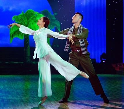 Trong bài thi đầu tiên do khán giả chỉ định, Yến Trang và bạn nhảy thể hiện điệu Vanlse mềm mại.