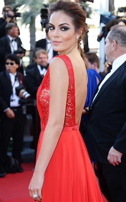 Nữ diễn viên Ximena Navarrete gợi cảm với gam đỏ rực