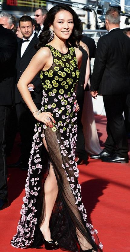 Trang phục của nữ diễn viên Trung Quốc Chương Tử Di cũng vô cùng tinh tế và thanh lịch