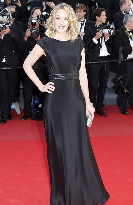 Nữ diễn viên Ludivine Sagnier lại vô cùng đơn giản với gam màu đen