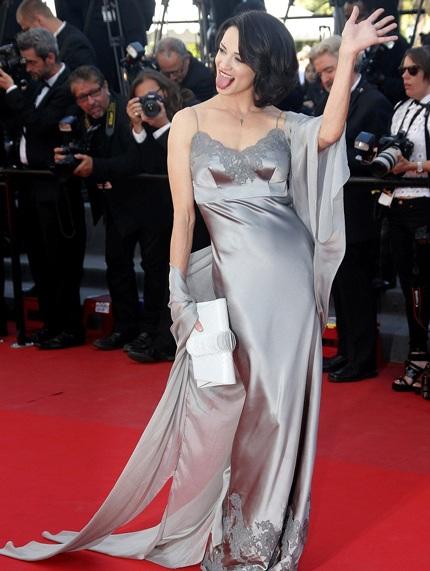 """Nữ diễn viên Asia Argento với cách tạo dáng và biểu cảm có phần """"quá khích"""""""