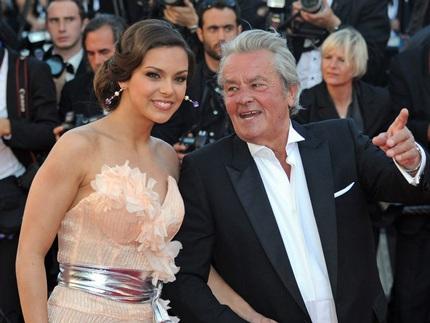 Ngôi sao kỳ cựu của điện ảnh Pháp Alain Delon sánh bước cùng người đẹp Marine Lorphelin