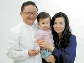 Vương Cương và người vợ thứ ba kém ông 20 tuổi.