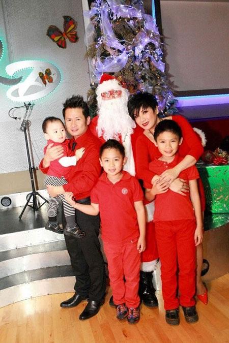 Bằng Kiều cùng vợ và các con hồi Noel 2012