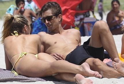 Candice và bạn trai nô đùa dưới biển...