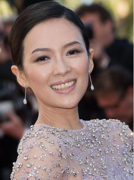 Chương Tử Di trang điểm nhẹ nhàng khi xuất hiện trên thảm đỏ LHP Cannes ngày 25/5