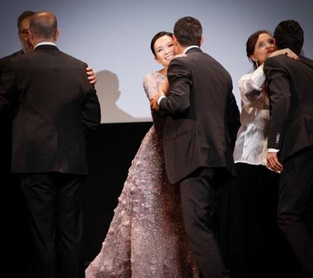 Nữ diễn viên Trung Quốc được nhiều quan khách chào đón và thăm hỏi