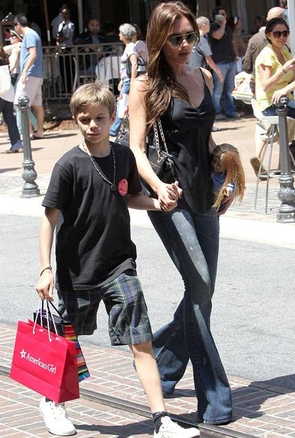 Victoria ăn vận giản dị đưa các con đi mua sắm