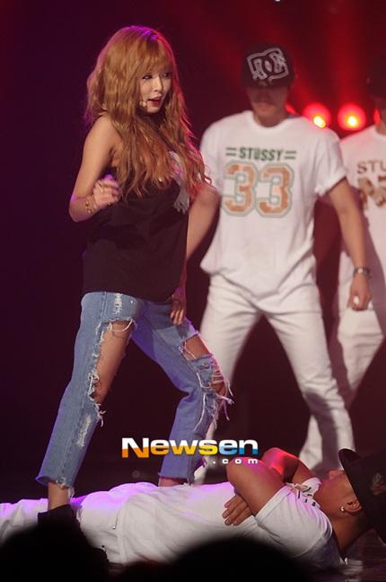 Nữ ca sĩ trẻ tự tin thể hiện những bước nhảy bên các vũ công.
