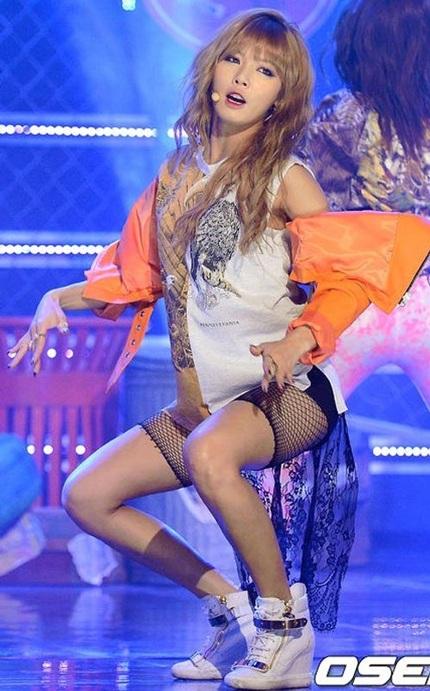 Hyun Ah xuất hiện trên sân khấu với chiếc qâần lưới khó hiểu của mình.
