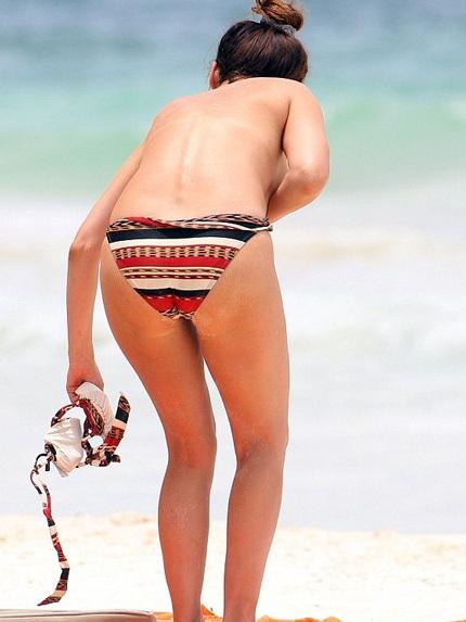 Người mẫu 33 tuổi vui chơi dưới nước và trên bãi cát cùng một vài người bạn.