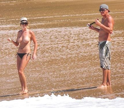 Kate Upton để lộ ngực trần ở giữa bãi biển ở Hawaii khi đi chơi cùng một người bạn trai
