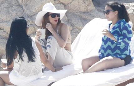 Lady Gaga đang đi nghỉ cùng bạn bè tại