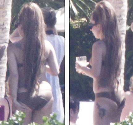 Sau đó, cô thay sang một bikini màu nâu, tự tin phô diễn thân hình nữ tính và gọn gàng của mình