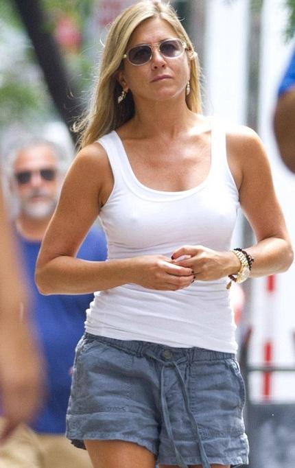 Rời khỏi trường quay, Jennifer lại trở về với hình ảnh giản dị quen thuộc.