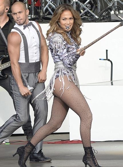 """""""Bỏng mắt"""" với trang phục diễn gợi cảm của Jennifer Lopez"""