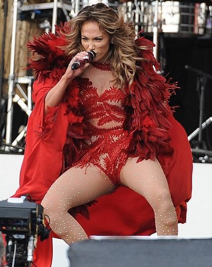 Bộ cánh thứ ba gợi cảm trong buổi diễn của Jennifer Lopez