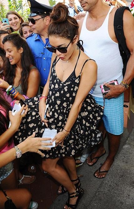 Trước khi lên du thuyền, Vanessa đã gặp gỡ một nhóm người hâm mộ bên ngoài khách sạn.
