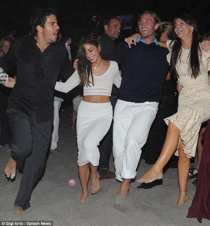 Vanessa vui chơi cùng các bạn trong đêm đại tiệc mừng festival